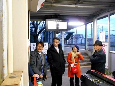 JR九州駅無人化に住民不安  真島議員ら 香椎線の現地調査