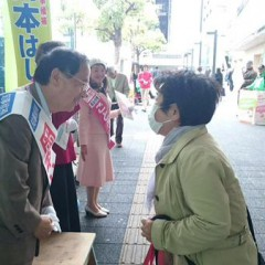 岡本候補、川崎駅アゼリアで訴え 激励相次ぐ