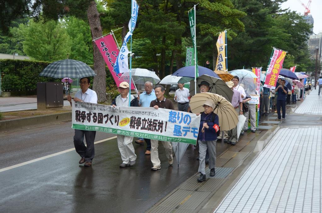 「戦争法案の採決強行許すな」と、雨の中をデモ