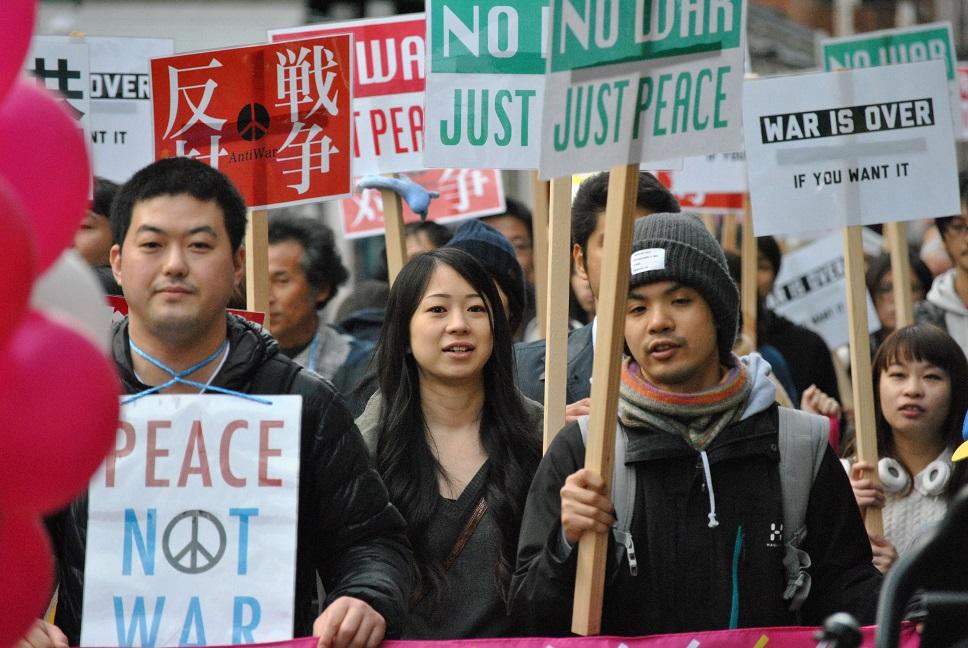 繁華街で、戦争法反対のサウンドパレード